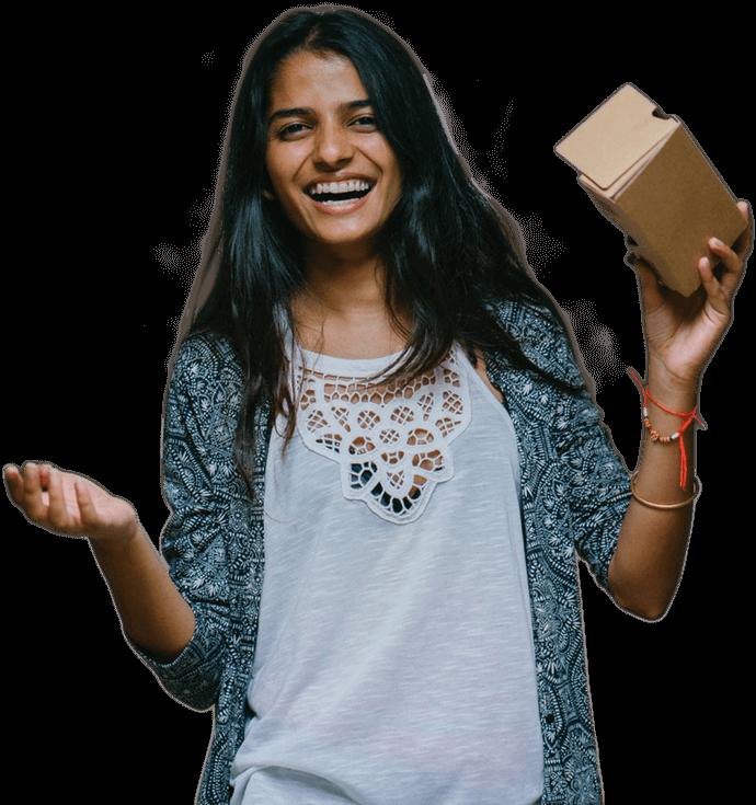 mulher segurando uma caixa e sorrindo